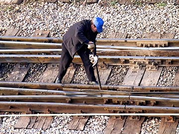 This rail worker faces many dangers every day. If you have been injured while working for a railroad company, call a Frisco FELA attorney now.
